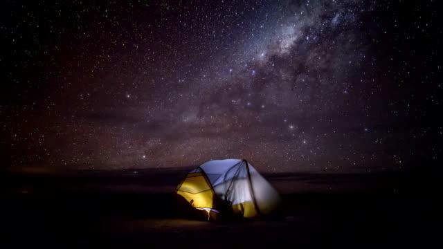 milchstraße/zeitraffer (see salar de uyuni, bolivien - freizeitaktivität im freien stock-videos und b-roll-filmmaterial