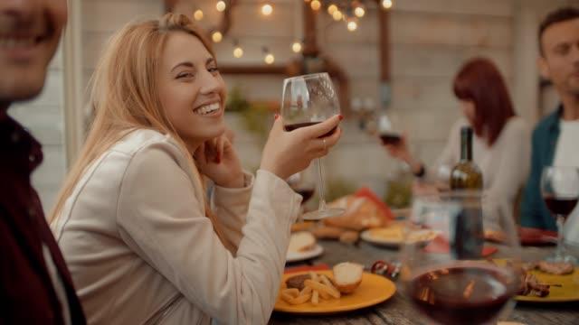 millenial friends group dricka öl och dela pizza skivor på taket hemma-vänskap koncept med unga människor att ha roligt tillsammans äta mellanmål på risto pub pizzeria. skott i slow motion - wine box bildbanksvideor och videomaterial från bakom kulisserna