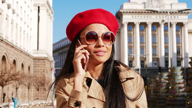 millennial asiatiska affärskvinna med hjälp av smart telefon i staden - post covid vanor - bulgarien bildbanksvideor och videomaterial från bakom kulisserna