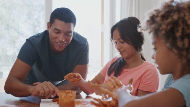 vídeos y material grabado en eventos de stock de el padre millennial viendo a su hija y a su novia jugando con el modelado de arcilla, de cerca - madre e hijos