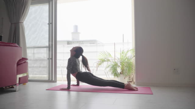 ヨガを練習するミレニアル世代の女性 - ヨガ点の映像素材/bロール