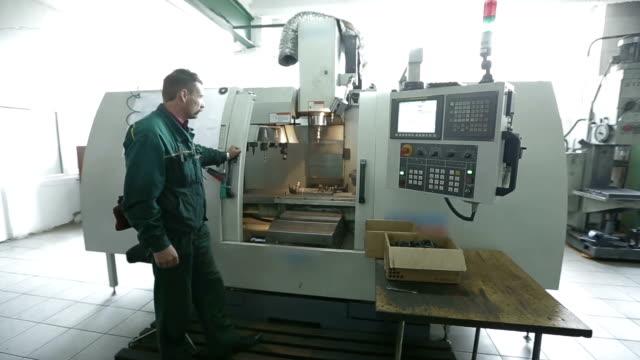 fräsning skärande metallbearbetning process - cnc maskin bildbanksvideor och videomaterial från bakom kulisserna