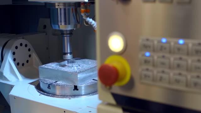 stockvideo's en b-roll-footage met freesbank kerft detail onder controle van de computer - metaalbewerking