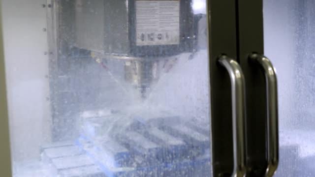vidéos et rushes de machine de fraisage dans le processus. pièces de scie à machine 4k - sky