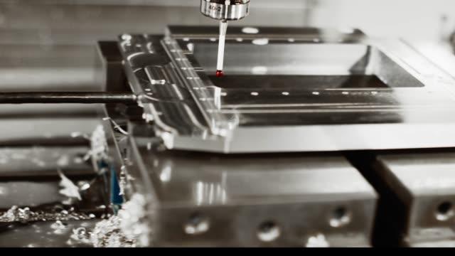 eine fräsmaschine nutzt eine rote taschenlampe, um toleranzen von teilen in einer fertigungseinrichtung zu messen - überprüfung stock-videos und b-roll-filmmaterial
