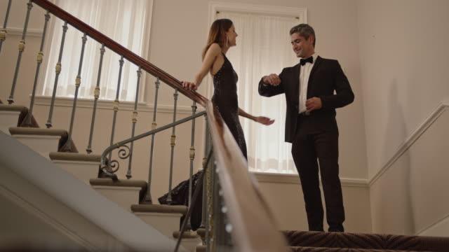 vídeos de stock, filmes e b-roll de casal milionário indo para uma festa - eventos de gala