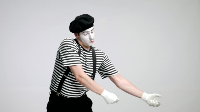 mime artist pulling an invisible rope - circus стоковые видео и кадры b-roll