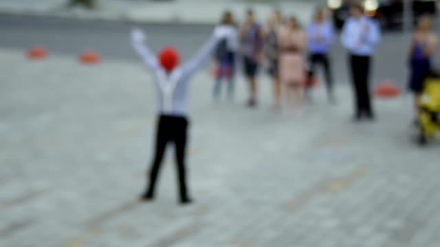 mime at blurred background of fountain communicate with people - гримировальные краски стоковые видео и кадры b-roll