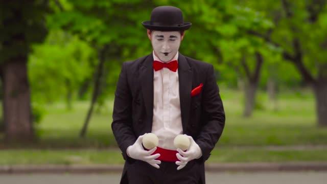 mime do performance in the park - гримировальные краски стоковые видео и кадры b-roll