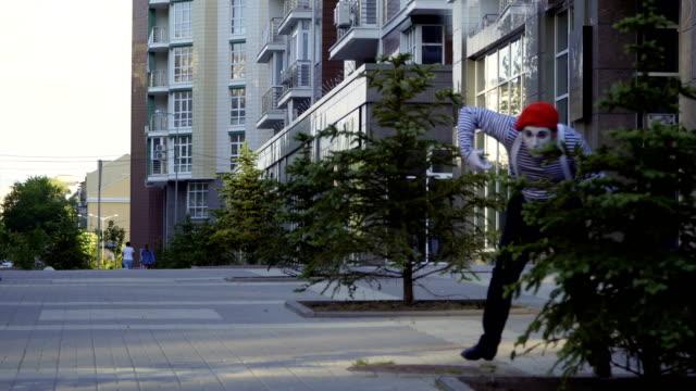 stockvideo's en b-roll-footage met mime-hunter schieten uit zijn pistool - vetschmink