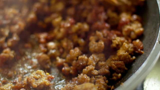 mince meat in a pan for bolognese sauce - mielona wołowina filmów i materiałów b-roll