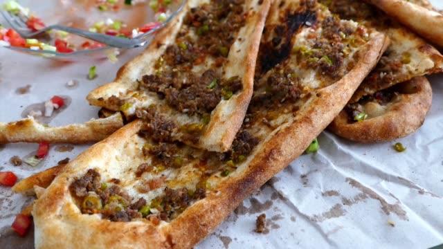 minced meat bread made in turkey - chleb pita filmów i materiałów b-roll
