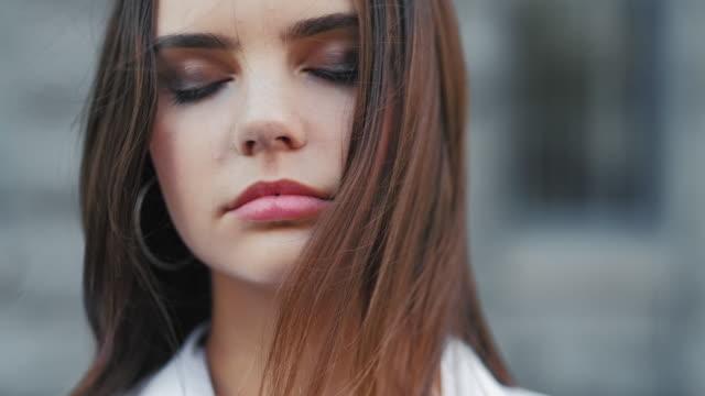 마음 평화 평온 사려 깊은 십대 소녀 - mindfulness 스톡 비디오 및 b-롤 화면