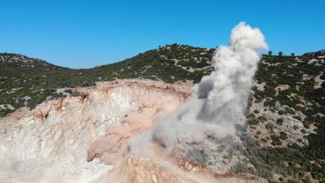 grube explosion - stein baumaterial stock-videos und b-roll-filmmaterial