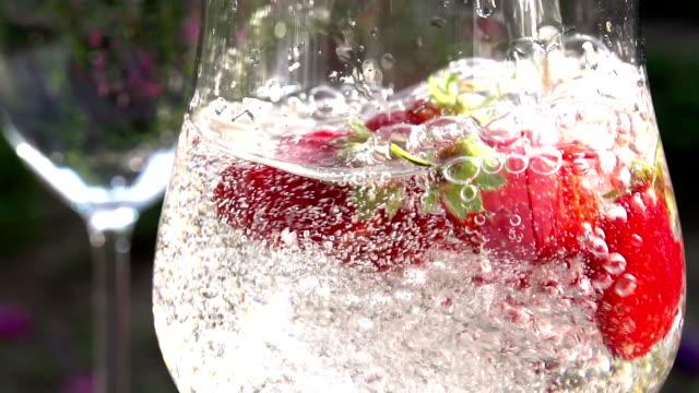 vídeos de stock, filmes e b-roll de água mineral com morangos - fruit salad