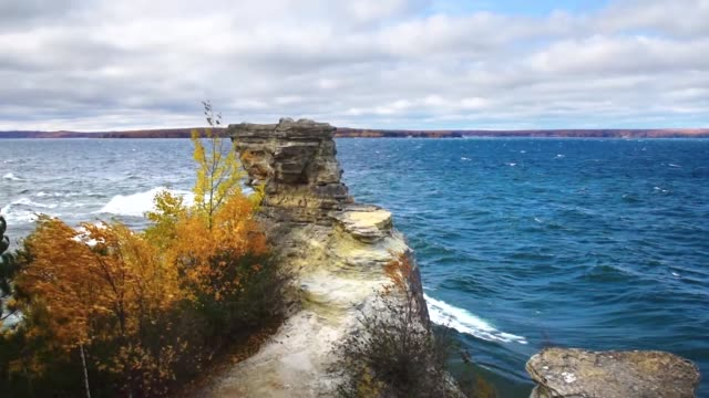 vídeos de stock e filmes b-roll de miner's castle rock formation overlooking lake superior in the pictured rocks national lake shore in michigan's upper peninsula. - margem do lago