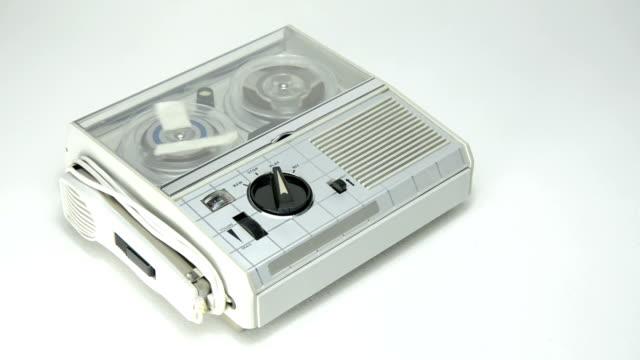 mini vecchio registratore 01 - mangianastri video stock e b–roll