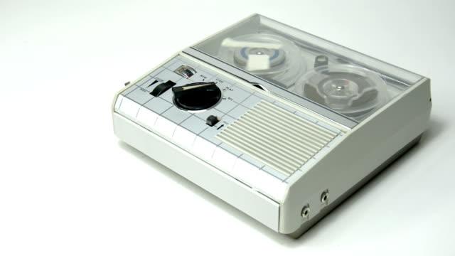 mini vecchio registratore 03 - mangianastri video stock e b–roll