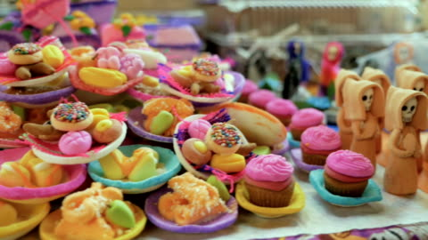 vídeos y material grabado en eventos de stock de dulces de caramelo y azúcar de miniatura usados como ofrendas para día de muertos - dulces