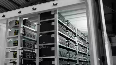 bergbaufarm, grafikkarten und asiki bergbaufarm. - bitcoin stock-videos und b-roll-filmmaterial