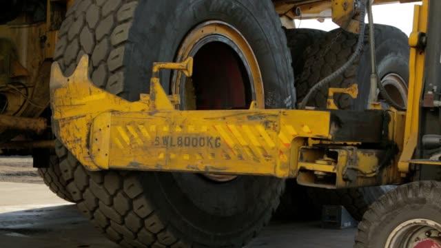 camion minerario pneumatici modifica - truck tire video stock e b–roll