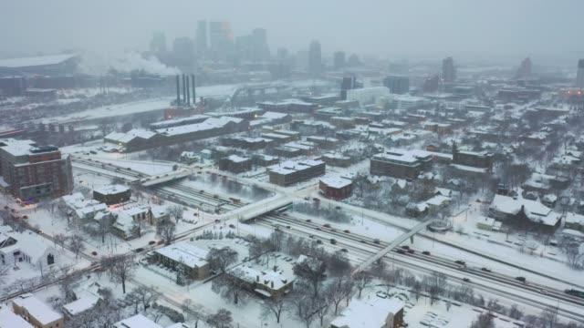 minneapolis och i-35w efter kraftigt snöfall - cold street bildbanksvideor och videomaterial från bakom kulisserna