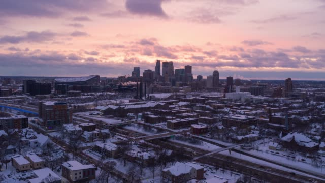 minneapolis skyline - sunset to dusk aerial timelapse - sezione superiore video stock e b–roll