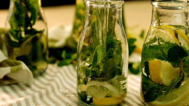 mint lemonade organic drink water pour bottle - disintossicazione video stock e b–roll