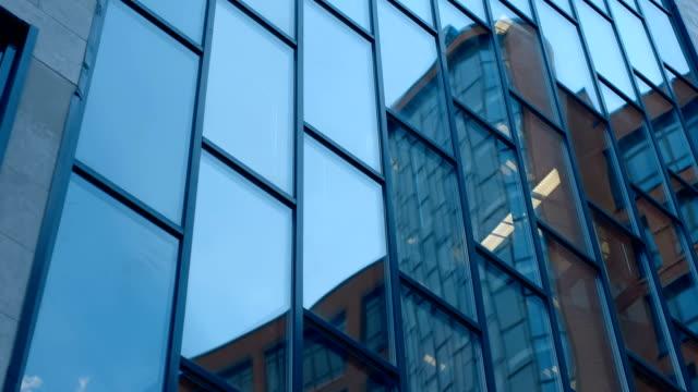 摩天大樓、鄰近建築物的玻璃表面的鏡面反射 - 部分 個影片檔及 b 捲影像
