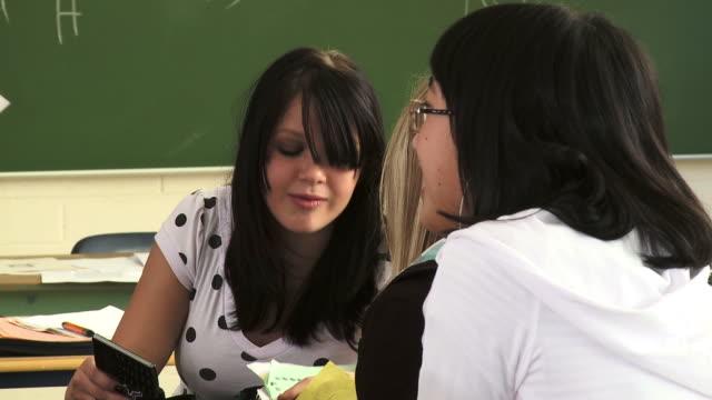 hd: fällt schoolgirls - klatsch stock-videos und b-roll-filmmaterial
