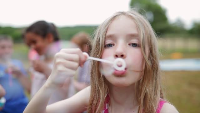 busiga flicka blåser bubblor - bubbla bildbanksvideor och videomaterial från bakom kulisserna