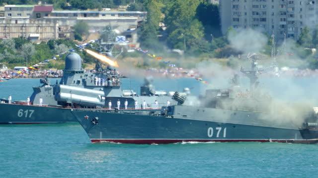 vídeos de stock, filmes e b-roll de míssil ataque navio de guerra - conflito