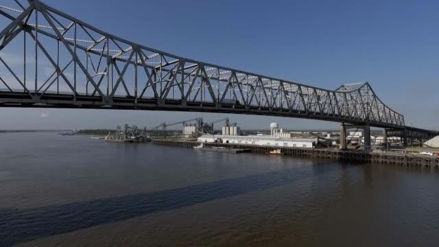 密西西比河在金屬橋下飛行 - 橋 建築物 個影片檔及 b 捲影像