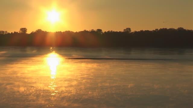 река миссисипи sunrise - missouri стоковые видео и кадры b-roll