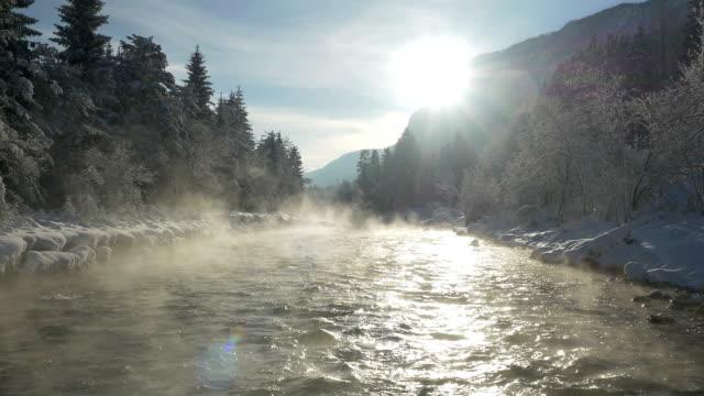 luftaufnahme:  nebel über dem schnee im winter am fluss - schneeflocke sonnenaufgang stock-videos und b-roll-filmmaterial