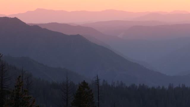 米国カリフォルニア山脈ネバダ山の霧 - カリフォルニアシエラネバダ点の映像素材/bロール
