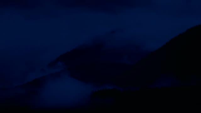 nebel über wildnis berge bei nacht zeitraffer - vancouver kanada stock-videos und b-roll-filmmaterial