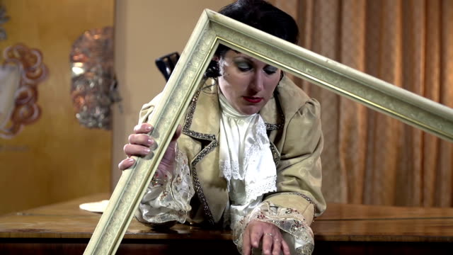 hd-lento: amante sdraiati in posizione prona ritira a frame - barocco video stock e b–roll