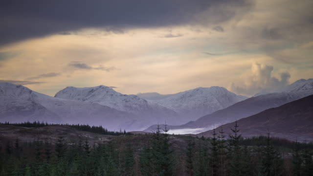 vidéos et rushes de misty highland valley - time lapse - highlands écossaises