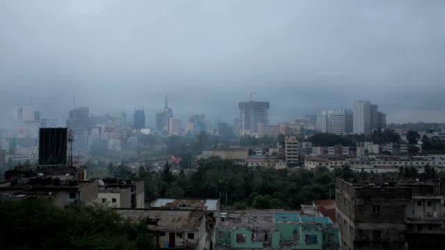 vídeos de stock e filmes b-roll de misty morning over nairobi town - quénia