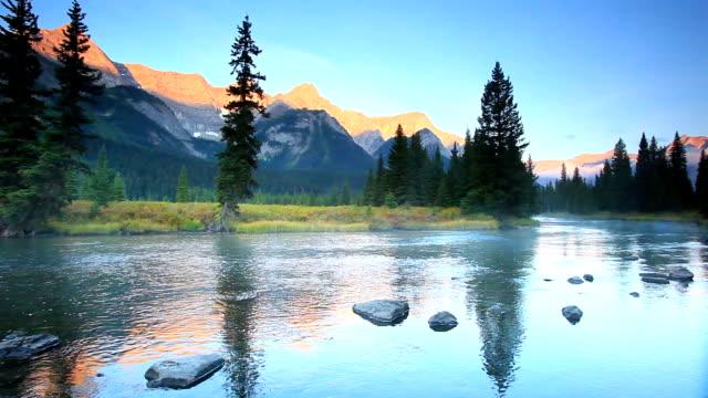 misty fiume di montagna nelle montagne rocciose canadesi e alpine glow - 20 o più secondi video stock e b–roll