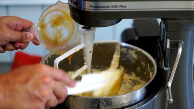 ケーキの材料を混ぜる - ソーサー点の映像素材/bロール