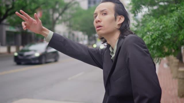 stockvideo's en b-roll-footage met mix race zakenman komt een taxi - men blazer