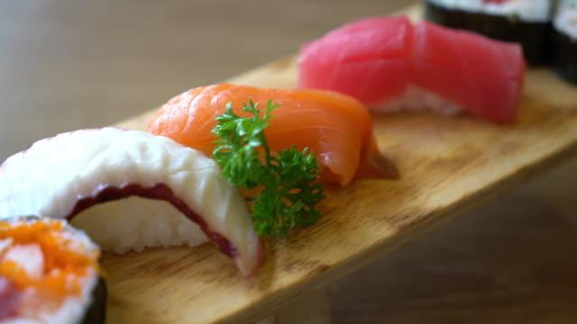 vídeos de stock, filmes e b-roll de misturar sushi cru - estilo de comida japonesa - formato bruto