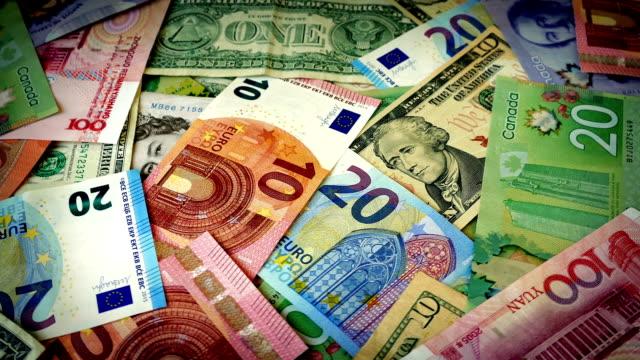 diverse valute del mondo di luce rotante - valuta dell'unione europea video stock e b–roll