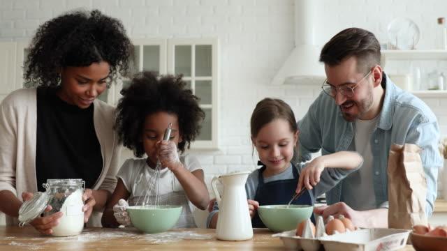 混合種族的孩子準備煎餅説明父母一起做飯 - 焗 預備食物 個影片檔及 b 捲影像