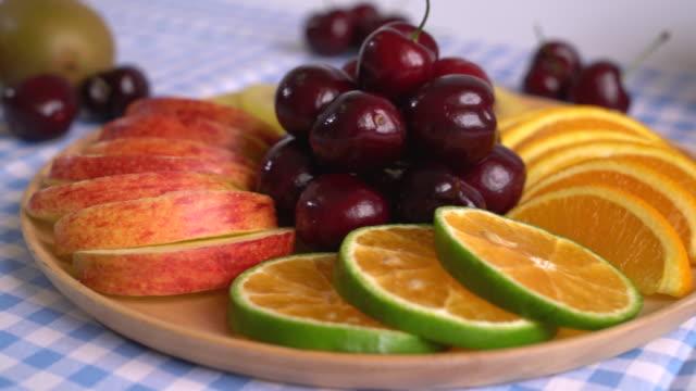 vídeos de stock e filmes b-roll de mixed fruit on the table - saladeira