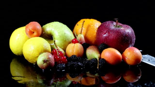 vídeos de stock, filmes e b-roll de slo mo misturas de frutos na superfície molhada com faca de cozinha - fruit salad