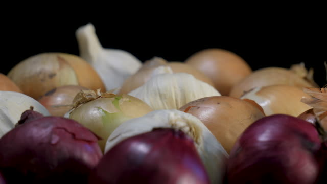 mixed organic onions rotating in close up - aglio cipolla isolated video stock e b–roll