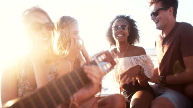 Razza mista coppia in una sera d'estate beachparty - video